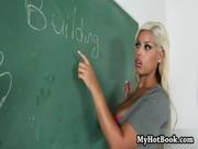 Возбуждающая блондиночка, получает кайф от анального траха